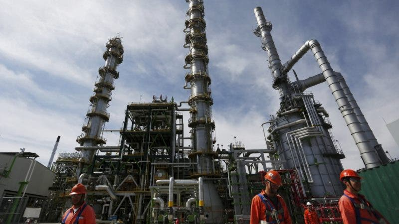 Employees walk at Mexico's national oil company Pemex's refinery in Salamanca, in Guanajuato state, Mexico, February 8, 2016. Picture taken, February 8, 2016. REUTERS/Edgard Garrido