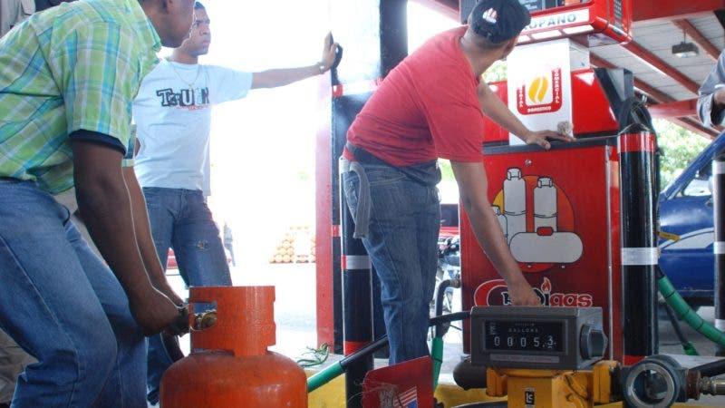 Inspectores del Instituto Nacional de Protección de los Derechos del Consumidor (Pro Consumidor) mide el funcionamiento de válvulas de expendio de gas licuado de petróleo (GLP), incluida la  de Bono Gas en la envasadora Crédigas ubicada en la calle Padre Castellanos (17) esquina Josefa Brea, en esta capital. El Nacional/Fuente Externa 03/01/10