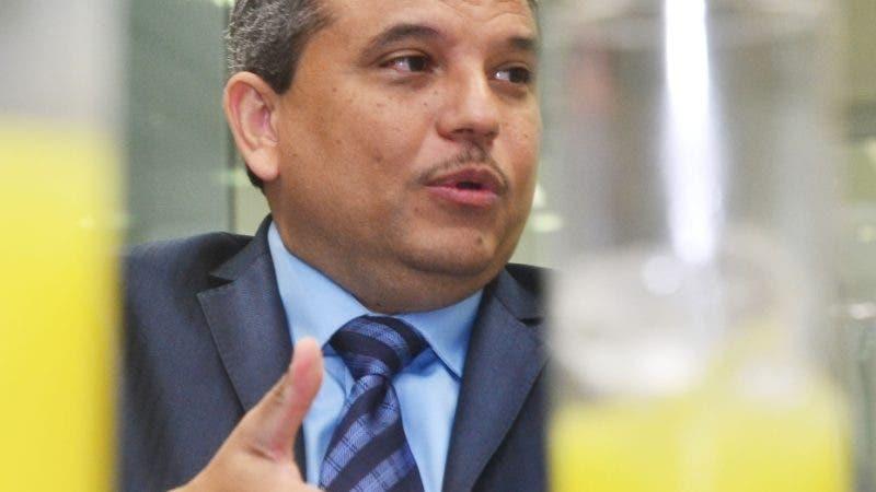 El candidato a la presidencia por Frente Amplio Fidel Santana,  invitado al Coloquio semanal del periodico el Dia. foto: Eliser Tapia.