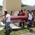 Hoy fue el sepelio del joven acecinado ( Mario Figuereo ) por una brigada de policía municipales cuando apresaban a unos limpia vidrios dejando un hombre Muerto por un policía municipal. En foto :  María Altagracia Méndez, ( esposa ) HOY Duany Nuñez 19-7-2018