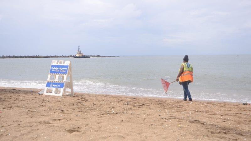 Empieza jornada de limpieza de la costa de Güibia dirigida por el Ayuntamiento del Distrito Nacional, Malecón de Santo Domingo Rep. Dom. 23 de julio del 2018. Foto Pedro Sosa