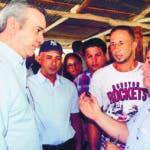 SANTIAGO. El aspirante presidencial del Partido Revolucionario Moderno (PRM), Luis Abinader, exigió al Partido de la Liberación Dominicana someterse a la legalidad democrática, permitiendo que sigan su curso iniciativas apegadas a la Constitución y las leyes, como las presentadas esta semana por los diputados Alfredo Pacheco y Faride Raful.  El dirigente  político habló sobre el tema en el curso de una visita a Santiago, donde prosiguió su programa Escuchando a la Gente, con un encuentro con dirigentes comunitarios de Jacagua Adentro.  Hoy/Fuente Externa 15/7/18