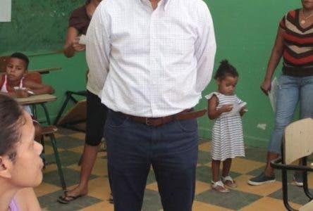 El precandidato presidencial por el Partido de la Liberación Dominicana (PLD), Francisco Domínguez Brito, encabezó junto a varios doctores y voluntarios de la Fundación Unidos por la Salud de New Jersey, un gran operativomédico en Tamayo, Bahoruco y Palamarito en Barahona, donde especialistas en ginecología, cardiología, pediatría, ortopedia, dermatología, cirugía, oftalmología, odontología, neurología, gastroenterología, neurología, otorrinolaringología y medicina general brindaron sus servicios a toda la comunidad. Hoy/ Fuente Externa. 08/07/2018