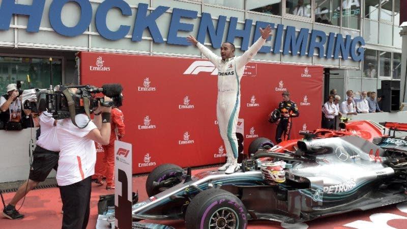 El piloto británico Lewis Hamilton, de Mercedes, pesjeta luego de ganar el Gran Premio de Alemania de la Fórmula Uno, en Hockenheim, Alemania, el 22 de julio de 2018. (AP Foto/Jens Meyer)