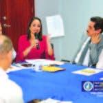 Al centro, la diputada Faride Raful, reunida con dirección del PRM