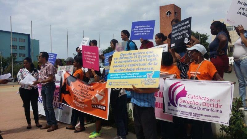 La Alianza Cristiana Dominicana y otras organizaciones frente al Congreso Nacional exigiendo despenalización del aborto en las tres causales en el Código Penal. Foto: Periódico HOY