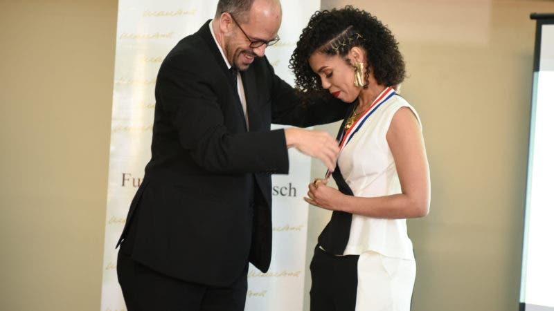 Matias Bosch, de la Fundación Juan Bosch, entrega la Medalla a la actriz Judith Rodríguez