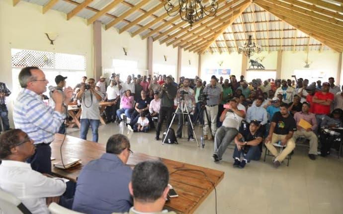 Ministro de Ambiente se reúne  con productores afectados por desalojo en Valle Nuevo