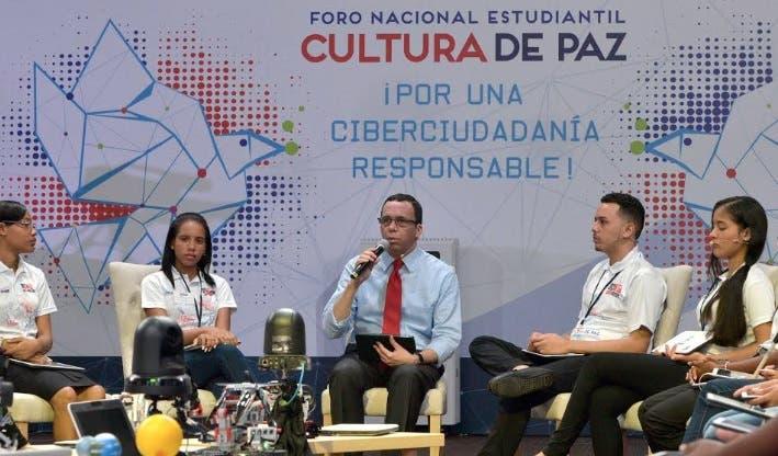 Navarro asume propuestas presentadas por 360 estudiantes en foto