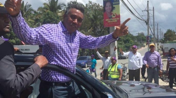 Félix Bautista regala vasos, correas y carteras en campaña por senaduría San Juan