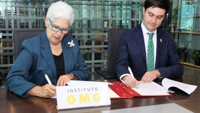 Foto 1 - Belkis Guerrero Villalona y Maxwell Irving%2c firman el acuerdo.