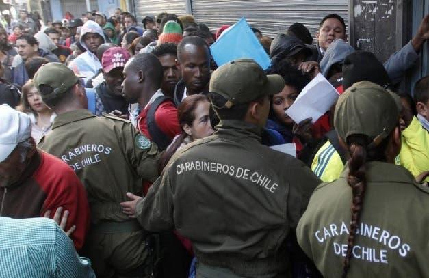 Haitianos esperan por días en acera para regularizar su situación en Chile