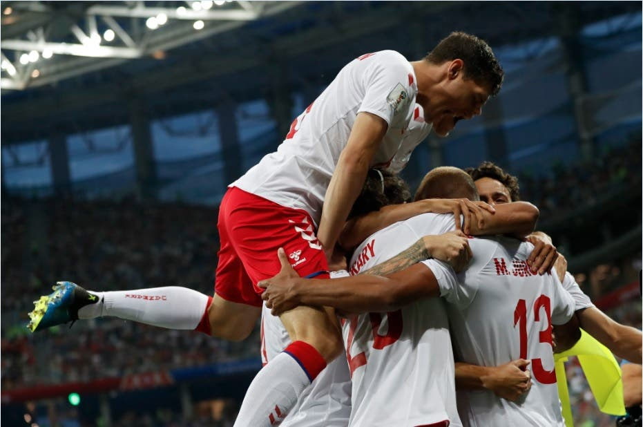 Los jugadores de Dinamarca festejan después de abrir el marcador ante Croacia/AP