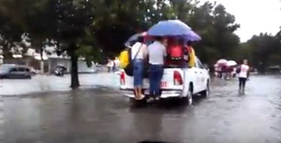 Video: Pese a lluvias de Tormenta Beryl, dominicanos hacen «lo que sea» para llegar a sus trabajos