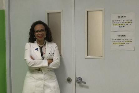 La doctora Alexandra Hichez en su centro laboral en República Dominicana.