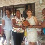 (foto #1) La diputada al PARLACEN%2c Silvia García%2c entrega presentes a varias de las mujeres asistentes al encuentro. jpg