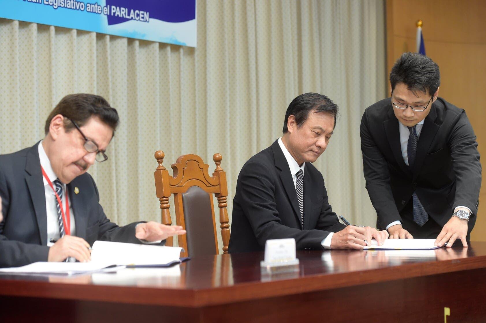 Tony Raful firma convenio oficializa a Taiwán como observador permanente en el Parlacen