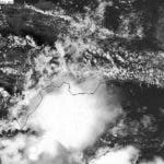 Se incrementa la nubosidad en el litoral suroeste del País, onda tropical y vaguada interactuando.