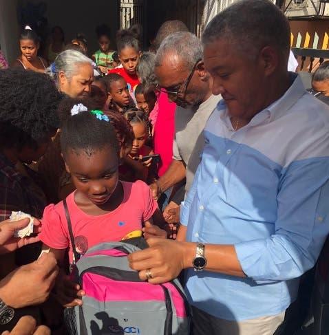 Diputado entrega útiles escolares a niños y niñas de escasos recursos