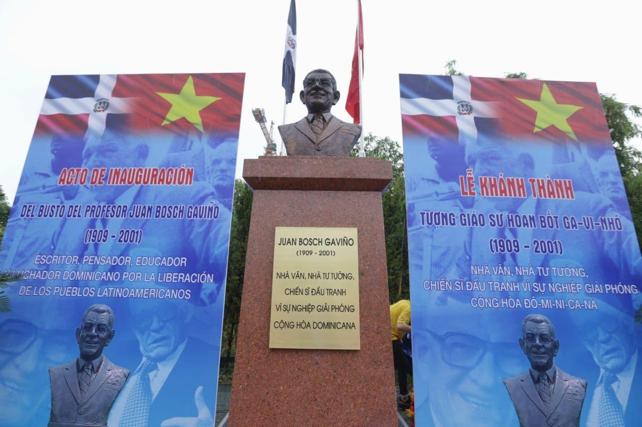 Fotos y video: Inauguran plaza con busto de Juan Bosch en Vietnam