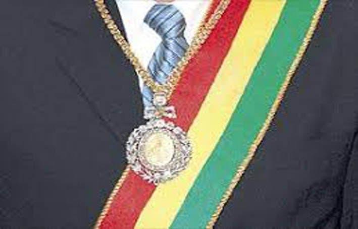 Roban la medalla y la banda presidenciales, símbolos históricos en Bolivia