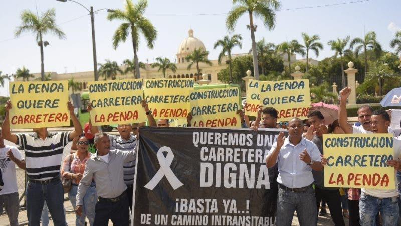Miembros del FALPO y comunitarios de la Vega, exigen el arreglo de la carretera Penda de esa provincia. Hoy/ Arismendy Lora