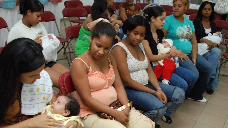 La Plaza de la Salud llevó a cabo un encuentro con embarazadas adolescentes y madres de 12 a 19 años, las cuales recibieron orientaciones y canastillas. En foto parte de las embarazadas.   Hospital General Plaza de la Salud,  Santo Domingo.   Hoy/19-10-07.  Juan Faña.