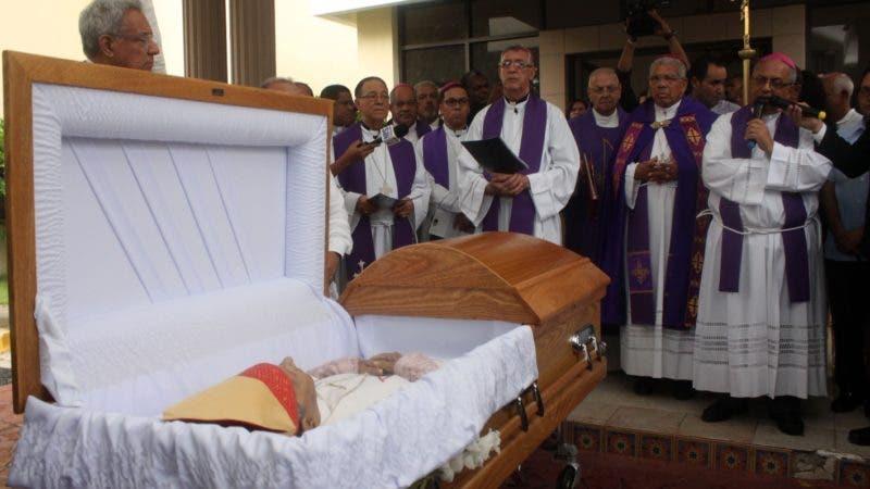 Honra fúnebres al padre Mamerto Rivas donde parias personalidades política y católicos le hicieron guardia de Honor en foto : el cuerpo del padre Mamerto Rivas HOY Duany Nuñez 13-8-2018