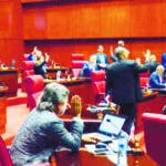 El Pais/ El Presidente del Sanado Reynaldo  Pared Perez,dirige la votaciones y los partiicpante del la asamblea para la aprov-ar la ley de los Partido Politico en El Congreso Nacional .Hoy/Jpse Francisco ,-