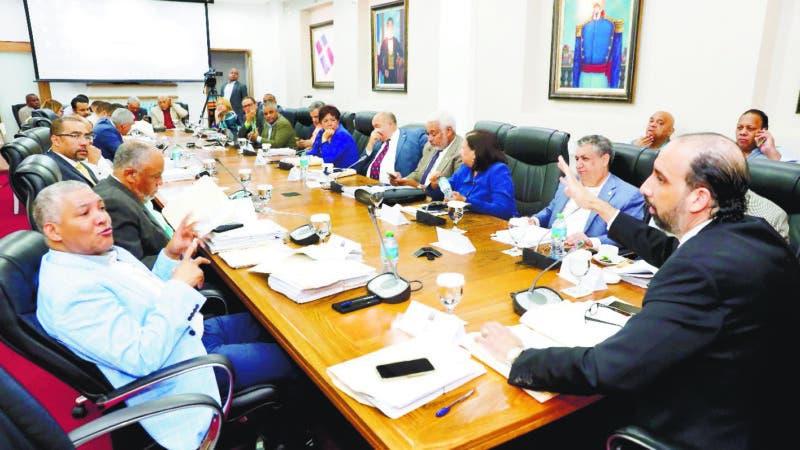 Comisión Especial que estudia la Ley de Partidos, con la visita de senadores. Fuente externa 03/08/2018   4 archivos adjuntos