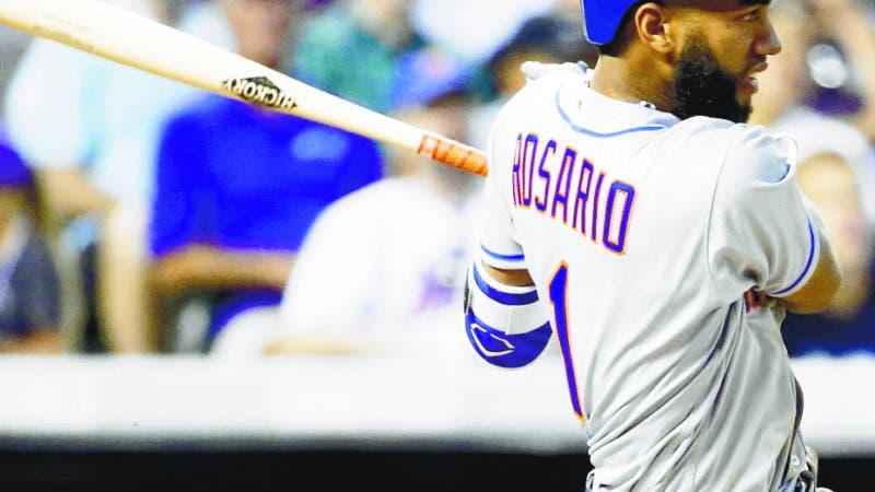 El dominicano Amed Rosario, de los Mets de Nueva York, conecta un triple ante los Rockies de Colorado, en el duelo del miércoles 2 de agosto de 2017 (AP Foto/Jack Dempsey)