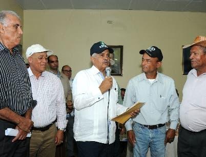 El ministro de Agricultura, Osmar Benítez, entrega 6 MM de pesos a productores de maíz de San Juan de la Maguana por deuda de 15 años.