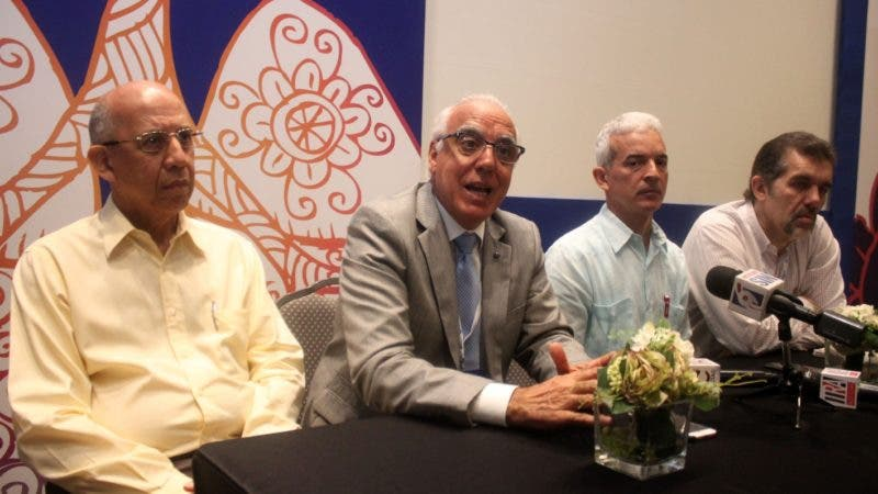 La Alianza Dominicana Antitabaquismos ( ADAT ) demando el cumplimiento de las leyes y normativas para el control de los nuevos productos de tabaco durante la celebración del tercer foro Nacional sobre Ambientes libres de Humo de Tabaco, que se realizo en el marco del congreso Internacional de la Sociedad Dominincana de Neumología y cirugía de Tórax en foto:   Sergio Día, Eduardo Bianco , Samuel Ramo, Miguel Asquita . HOY Duany Nuñez -9-9-2018