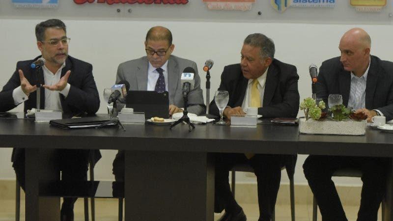 Almuerzo de Medios de Comunicaciones Corripio con la participación de los economistas Apolinar Veloz, Ernesto Selman y Pável Isa. Hoy/Arismendy Lora