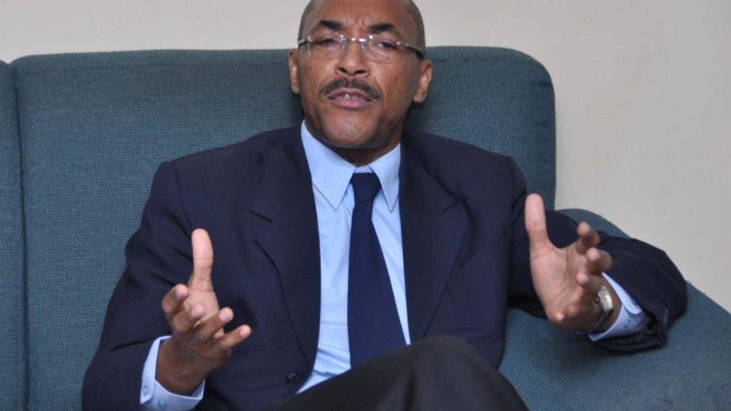 El País/ El Dr. Manuel Linares  entrego un informe al Público  General sobre la recensión en la economía Dominicana  durante el Años 2009.Hoy/José Francisco.21-6-2010