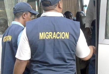 Las autoridades de migracion,G-2 Y J-2 montaron un operativo en los peajes carretera Sanchez,6 noviembre y autopista Duarte en busca de haitiano indocumentados/foto Jose de Leon