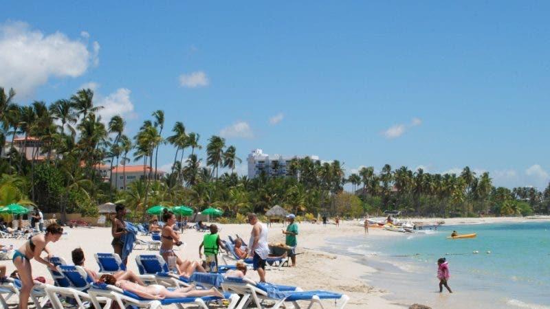 Turistas en la playa del Hotel Coral Costa Caribe, en Juan Dolio. Hoy/ Rafael Segura Imagen Digital/ 27/03/010