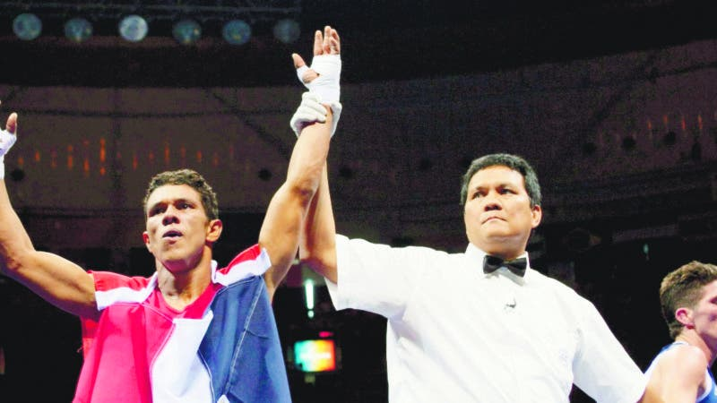 Dominican Republic's Juan Carlos Payano (L) is declared winner after defeating France's Jerome Thomas during their 2008 Olympic Games Flyweight (51 kg) boxing bout on August 12, 2008 in Beijing..       AFP PHOTO / JACQUES DEMARTHON
