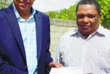 San Cristobal.- Alcalde Nelson Guillen entrega cheque para construir iglesia.  Hoy/Fuente Externa 27/8/18