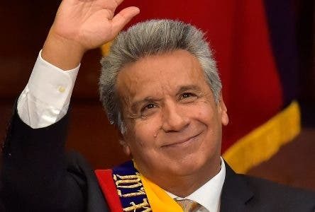 Ecuadorean new President Lenin Moreno waves during the inauguration ceremony at the National Assembly in Quito on May 24, 2017. Ecuador's new president Lenin Moreno took office Wednesday, tasked with steering a flagship of the Latin American left through troubled economic and political waters. / AFP / Rodrigo BUENDIA