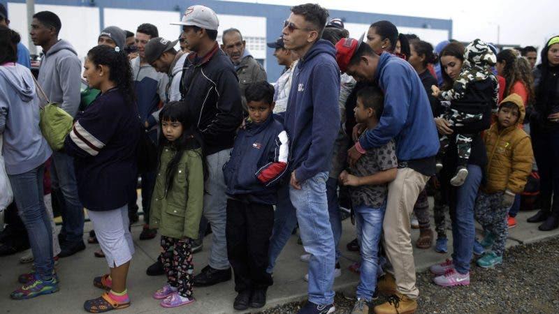 Venezolanos esperan para ser atendidos en  las cercanía de Tumbes, Perú.  AP