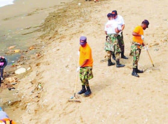 Brigadas del MOPC siguen limpieza en litoral sur del Malecón de SD