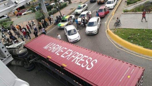 Gran taponamiento tras patana volcarse en la 27 de Febrero con Máximo Gómez