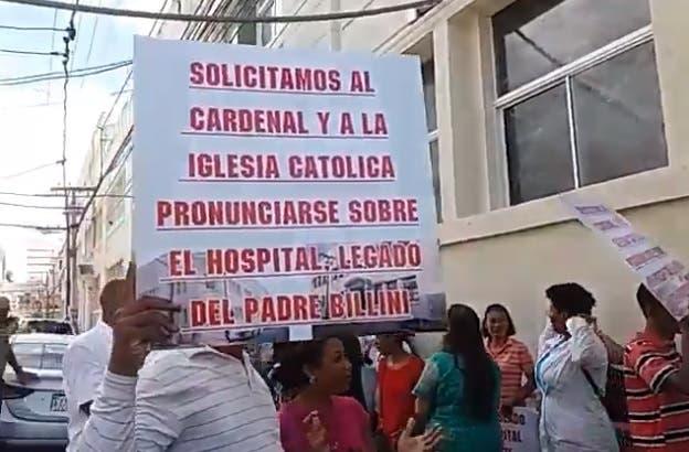 Escenifican protesta por paralización de servicios hospital Padre Billini