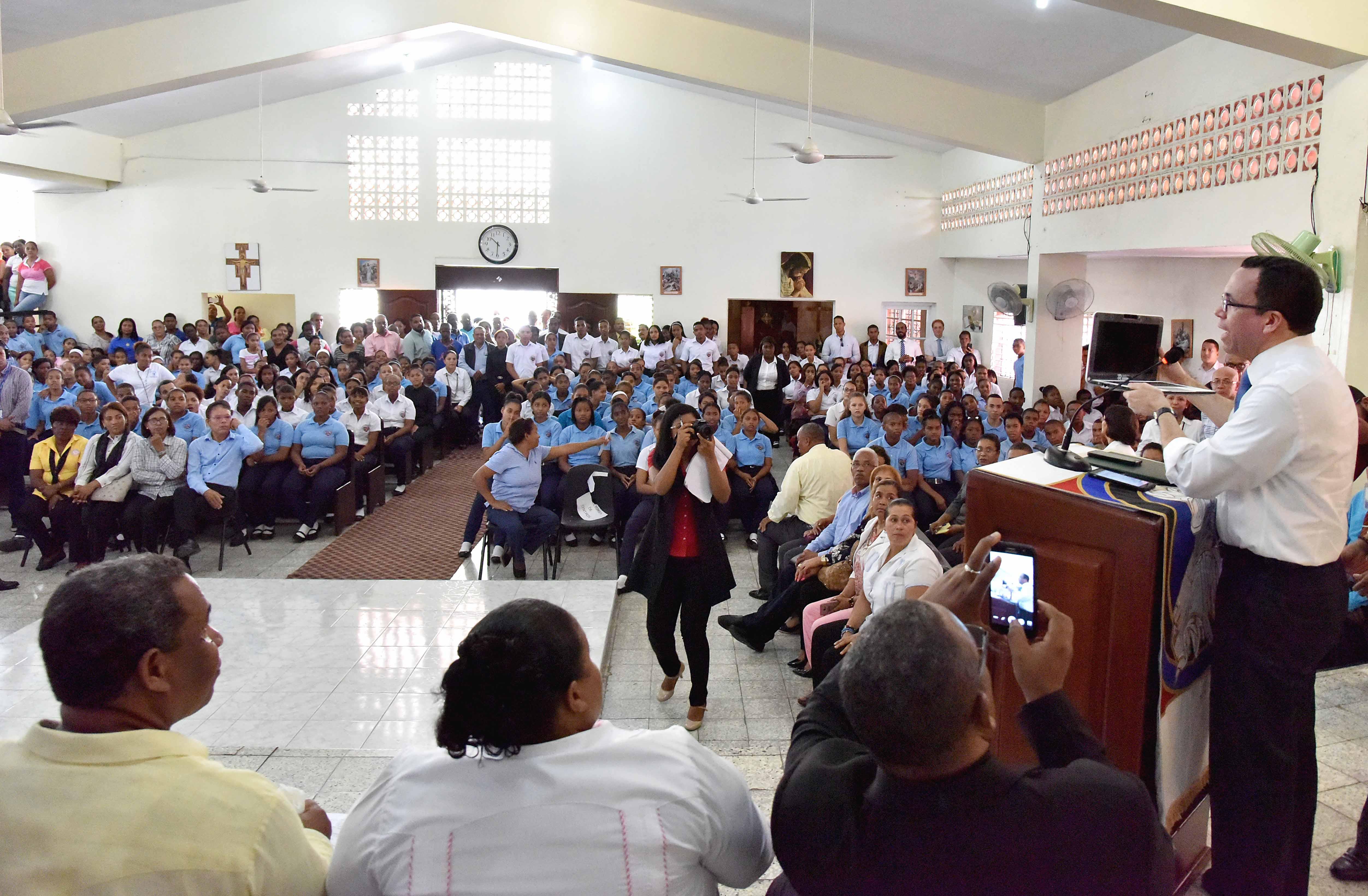 Andrés Navarro «lleva soluciones concretas» a barrios Capotillo y Simón Bolívar para elevar calidad educativa