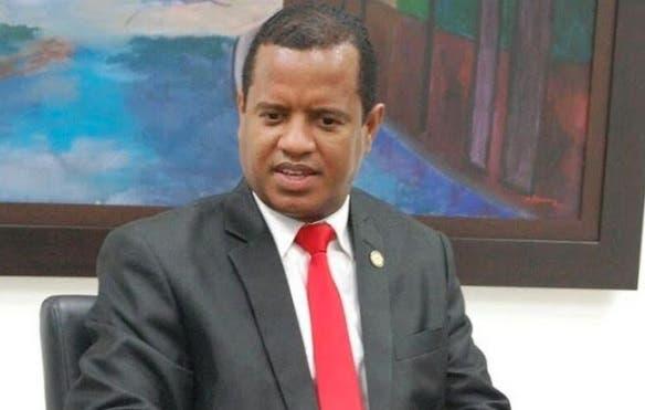 Dirigente político notifica vía alguacil al Presidente por Ley de Partidos