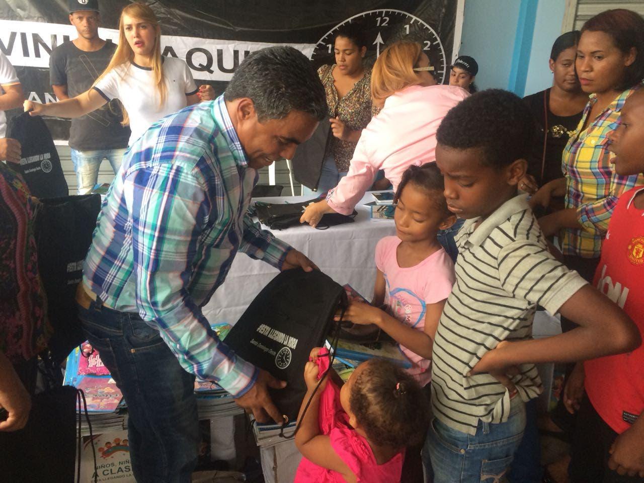 Dirigente comunitario entrega útiles escolares en SDO; dice apoyar la educación es tarea de todos