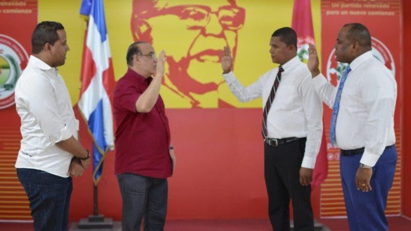 (foto) El presidente del PRSC%2c ingeniero Quique Antún%2c juramenta a dos regidores y lideres comunitarios de Hato Mayor en el PRSC. JPG