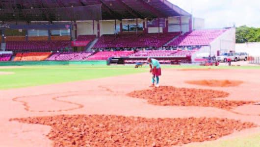 Estadio Julián Javier trabajan duro en el terreno de juego