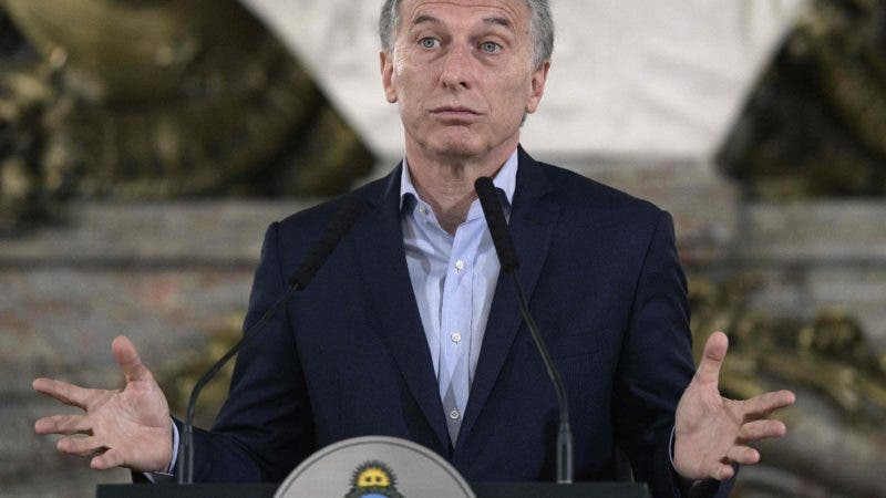 """Argentine President Mauricio Macri delivers a press conference at Casa Rosada presidential palace in Buenos Aires on October 23, 2017 in the aftermath of national legislative elections. Argentina's President Mauricio Macri's center-right coalition swept crucial midterm elections Sunday and emerged with a strengthened hand to carry through pro-market economic reforms. Macri's Cambiemos, or """"Let's Change,"""" won in 13 of Argentina's 23 provinces, as well as in the capital Buenos Aires, according to almost completed counts early Monday. / AFP / JUAN MABROMATA"""
